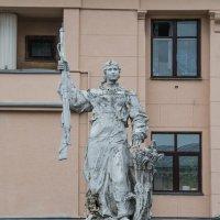Колхозница с винтовкой и снопом :: Сергей Лындин
