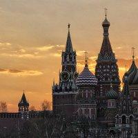 Закатными лучами тихий вечер мерцая, растворился над Москвой :: Nina Karyuk