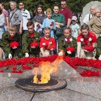 Красные береты возлагают цветы к вечному огню. :: Лилия *