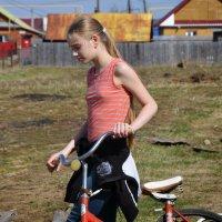девушка с велосипедом :: peretz