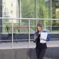 Девушка с телефоном :: Александр Быков