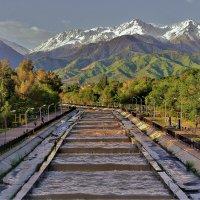 Речка упирается в горы ,горы -в небо :: Сергей