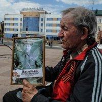 мужчина с портретом :: Юлия Денискина