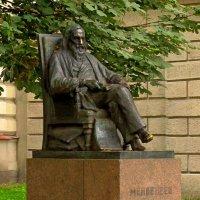 Памятник Д.И.Менделееву :: Сергей Карачин