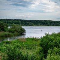 На реке. Одинокий рыбак :: Марк Э
