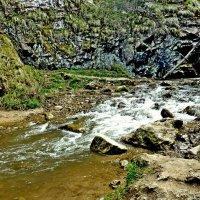 Торопится горная речка :: Raduzka (Надежда Веркина)