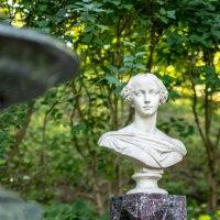 Скамья-памятник в память о Великой Княгине Александре Николаевне 1825 - 1844 :: Виктор Орехов