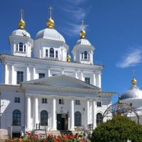 Синева июньского неба, цветущие розы и золотые купола Казанского монастыря Ярославля :: Николай Белавин