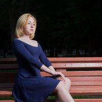 На скамейке в парке :: Сергей Чернов