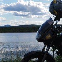 Чёрная Yamaha и одинокий белый лебедь на пруду. :: Александр