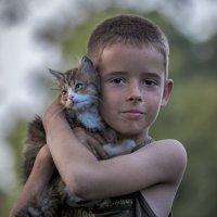 Деревенский паренёк с котёнком ... :: Евгений Хвальчев