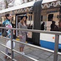 на остановке трамвая :: Олег Лукьянов