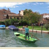 Италия, Венеция, Rio San Trovaso, верфь Сан-Тровазо, начинающий гондольр :: Валентин Соколов