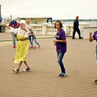 Танцующая бабулька... :: Андрей Головкин