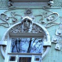Эта женщина в окне... :: Галина Aleksandrova