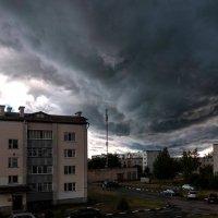 Мрачные тучи нависли над городом Ливень похоже сейчас долбанёт... :: Анатолий Клепешнёв