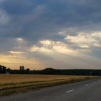 Луч серебристый пронзил облака. :: Валерий Ткаченко