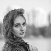 Крупный план красивой девушки в чб на закате :: Дмитрий Соколов