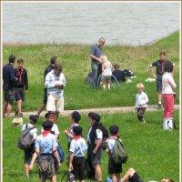Скауты со своими близкими на берегу Большого канала парка Версаля. :: Валентин Соколов