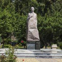 Памятник Гаспринскому :: Валентин Семчишин