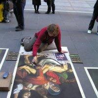 Рисунок на тротуаре :: Юрий Кирьянов