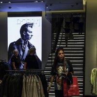 В магазине одежды :: Alla Shapochnik