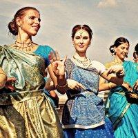 Танцы у Волги... :: Андрей Головкин
