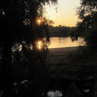 Вечерний закат на реке :: Александр Скамо