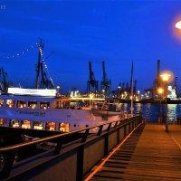 Вечерний Гамбург. Ресторан-корабль на пристани :: Nina Yudicheva