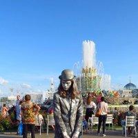 """Живая скульптура у фонтана """"Каменный цветок"""" :: Елен@Ёлочка К.Е.Т."""