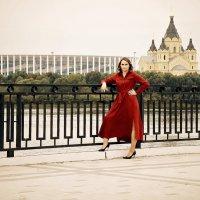 Девушка в красном.. :: Андрей Головкин