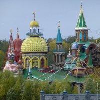 Вид с парома на Храм всех религий :: Наиля
