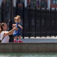 Девочка с мамой на фонтане :: Алексей Петропавловский