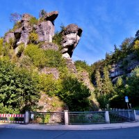 Schuttersmuehle. Огромная скала совершенно неописуемой формы нависает над дорогой. :: backareva.irina Бакарева