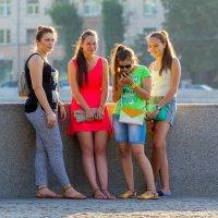 Пришли девчонки, стоят в сторонке... :: Сергей Кичигин