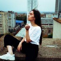 Девушка в белой футболке на крыше дома на фоне улицы курит сигарету :: Lenar Abdrakhmanov