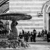 Assisi, Fontana in piazza Basilica di Santa. Chiara :: Konstantin Rohn