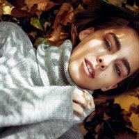 Девушка в свитере лежит на земле, усыпанной разноцветными осенними листочками :: Lenar Abdrakhmanov