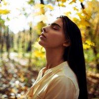 Портрет девушки в рубашке на фоне солнечного осеннего леса :: Lenar Abdrakhmanov