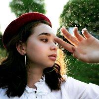 Девушка в красной беретке и белой рубашке на фоне маленьких капель воды на фоне солнечного леса :: Lenar Abdrakhmanov