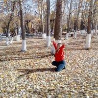 Смейся девчонка...ты прекрасна.Осень красит тебя солнечным светом. :: Андрей Хлопонин