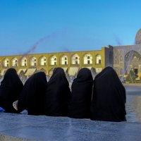Иранки любуются на центральной площади г. Исфахан :: Георгий А