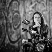 девушка и мотоцикл :: Юрий Никульников