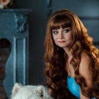 Дама в голубом и белый пёс :: Елена Оберник