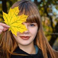 Девушка с листом клена... :: Nadine Surovitskaya