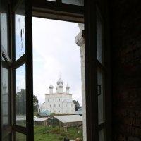 С видом на Преображенскую церковь :: Юрий Моченов