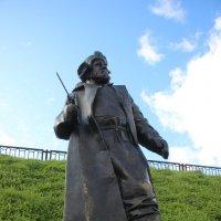 Рыбак на берегу Волхова :: Наталья Герасимова