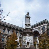 Милан. Памятник Леонардо на Площади Леонардо рядом с музеем Леонардо :: Олег Oleg