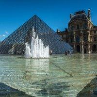 Пирамида, вход к музею Лувру :: Георгий А