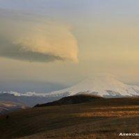 Лентикулярное облако над Эльбрусом :: Александр Богатырёв